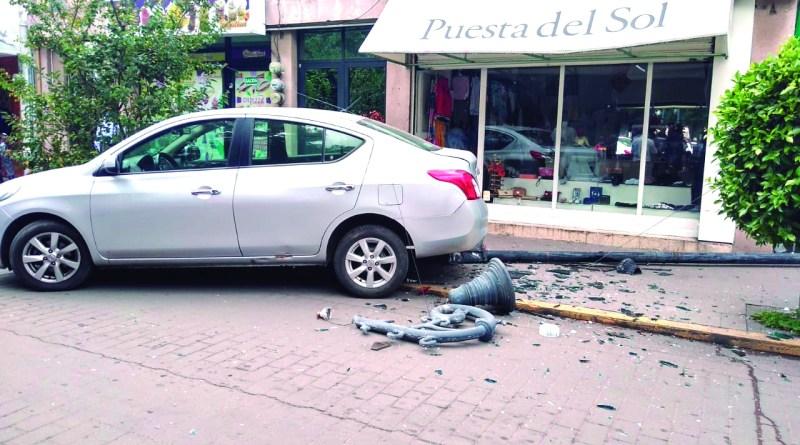 El pasado sábado fue derribada una luminaria de la calle Parque Juárez, en pleno centro de Tulancingo, y ojalá la persona responsable de este daño al patrimonio del municipio, pague la reparación del mismo.