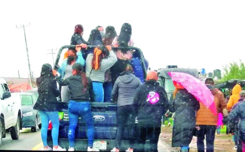 Como si fuera una colectiva, el pasado sábado, en la visita del presidente de México a Acaxochitlán, se vio al término del evento a una patrulla de la Secretaría de Seguridad Pública del Estado, llevando a un grupo de civiles, a su respectiva comunidad.