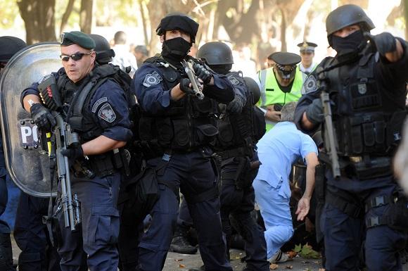 Télam, Buenos Aires 26/04/2013: Se registaron graves incidentes este mediodía en el Hospital Borda entre trabajadores de ese centro de salud y personal de la Policía Metropolitana, que comenzaron a demoler el Taller Protegido 19. Foto: Daniel Dabove/Télam/lz