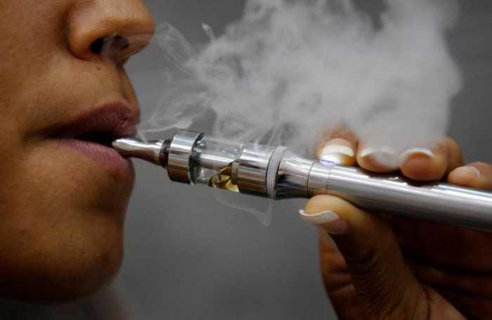 Τα ηλεκτρονικά τσιγάρα ωθούν τους έφηβους στο κάπνισμα