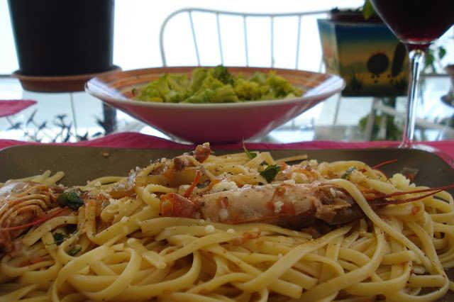 Γαριδομακαρονάδα με λινγκουίνι και σάλτσα φρέσκιας ντομάτας