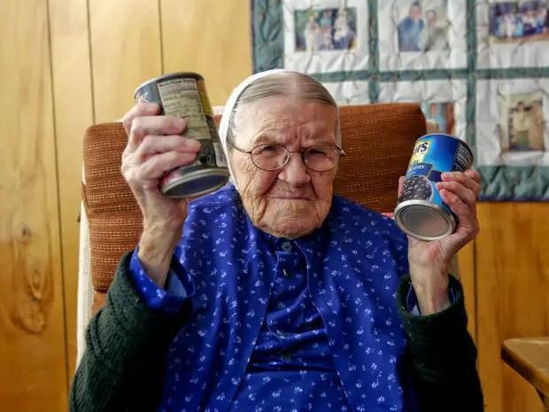 Rosa Beckner con sus latas de frijoles en la mano.