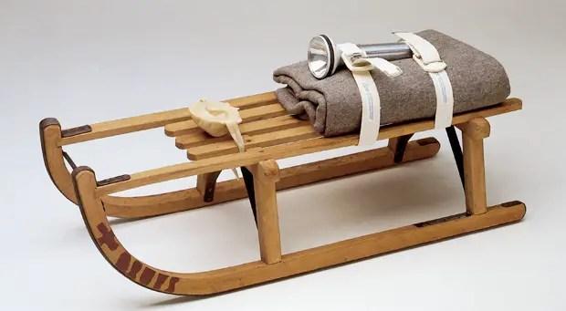 Schlitten, 1969 (Trineo) Trineo de madera, manta de fieltro, cinturón, linterna y  escultura de grasa; 35 x 90x 35cm  © VG Bild-Kunst, Bonn - SAVA, Buenos Aires, 2014 Cortesía: Galerie Thomas Modern/Instituto Plano Cultural