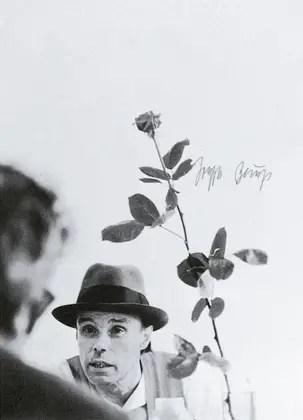 We can't do it without roses, 1972 (No podemos hacerlo sin rosas) Impresión Offset color con inscripciones a mano originales; 86 x 61 cm © VG Bild-Kunst, Bonn - SAVA, Buenos Aires, 2014 Cortesía: Galerie Thomas Modern/Instituto Plano Cultural