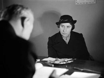 Una aspirante a emigrar se reúne con un representante de la Socieda de Socorro hacia Judíos Alemanes, en Berlin, 1937-38.