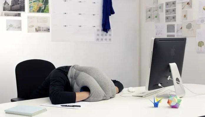 Por desgracia, es probable que no puede hacer esto en su oficina. La almohada avestruz está diseñada para dormir la siesta en lugares atípicos. (Studio Banana Cosas)