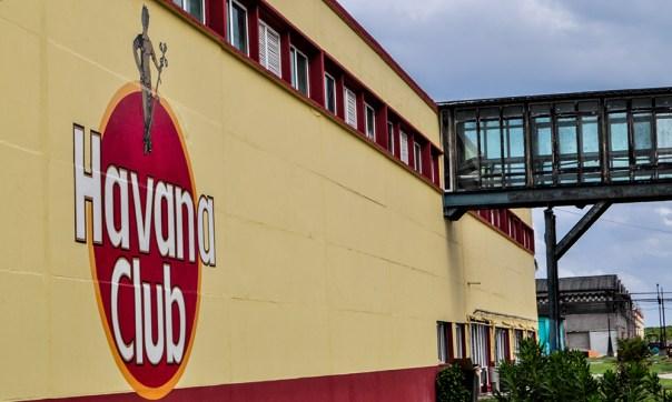 Actualmente la Ronera Santa Cruz produce un volumen de 60 millones de litros al año. Más de la mitad de ellos son de Havana Club.