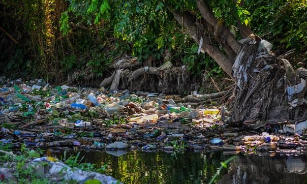El Quibú se extiende por más de 30 kilómetros en La Habana y en su recorrido va sumando la mugre que vierten en él, sin tratamiento, 16 consejos populares de los municipios Boyeros, La Lisa, Playa y Marianao.