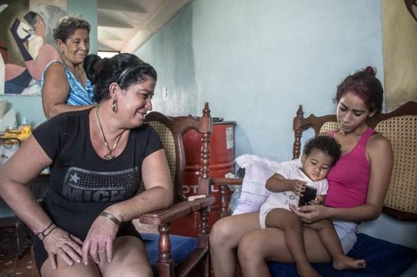 En el frente, Helena, junto a Mari Karla y su nieta (Foto: Ismario Rodríguez)