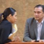 Conductora de programa de televisión charla con con diputado del PES, Luis Moreno, en uno de los recesos.