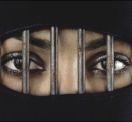 Musulmana oculta tras el velo islámico.