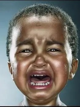 Niño que llora, crucificados