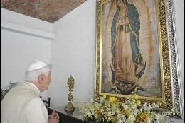 El Papa reza ante un cuadro de la Virgen de Guadalupe