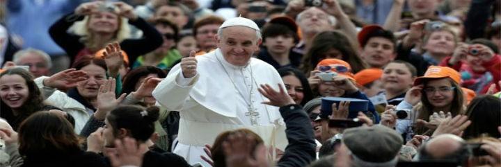 El Papa, rodeado de jóvenes