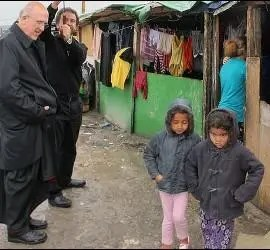 Osoro, junto a dos niños en El Gallinero
