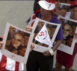 Los fieles ya desfilan cerca del lugar donde el sábado se beatficará a Romero