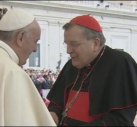 Cardenal Burke saluda al Papa tras la audiencia