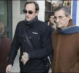 El padre Román, llegando al juzgado