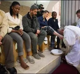 Francisco lava los pies de una mujer
