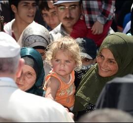 El Papa y varios refugiados de Lesbos