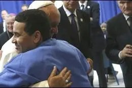 El Papa abraza a un preso en una reciente visita