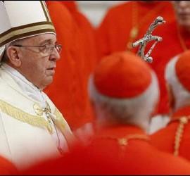 El Papa, rodeado por algunos cardenales