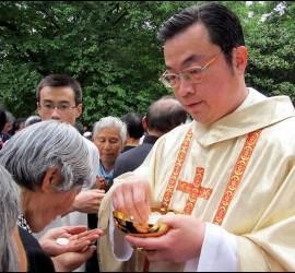 El prelado, distribuyendo la comunión