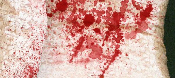 Spitzenkleid mit Blut befleckt