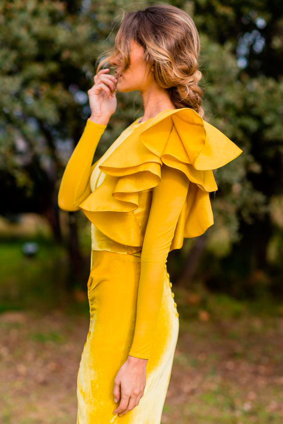 Bridalala con vestido amarillo.