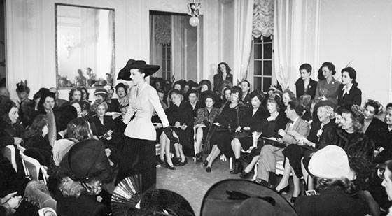 Presentación a la prensa del desfile de Christian Dior 1947