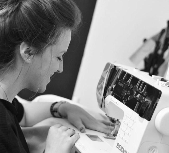 Tamara Díaz trabajando en su taller.