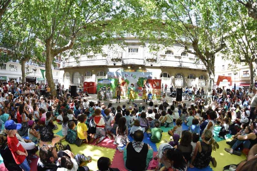 Potx eta Lotx actuando con el escenario ilustrado.