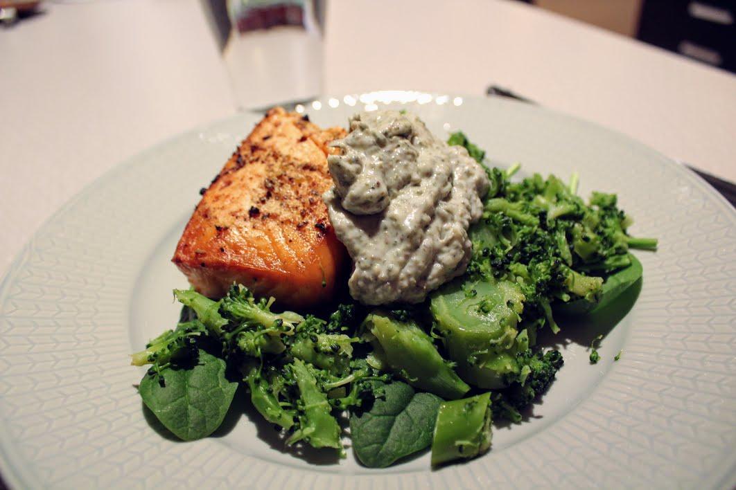 Smörstekt lax och broccoli med grön majonnäs