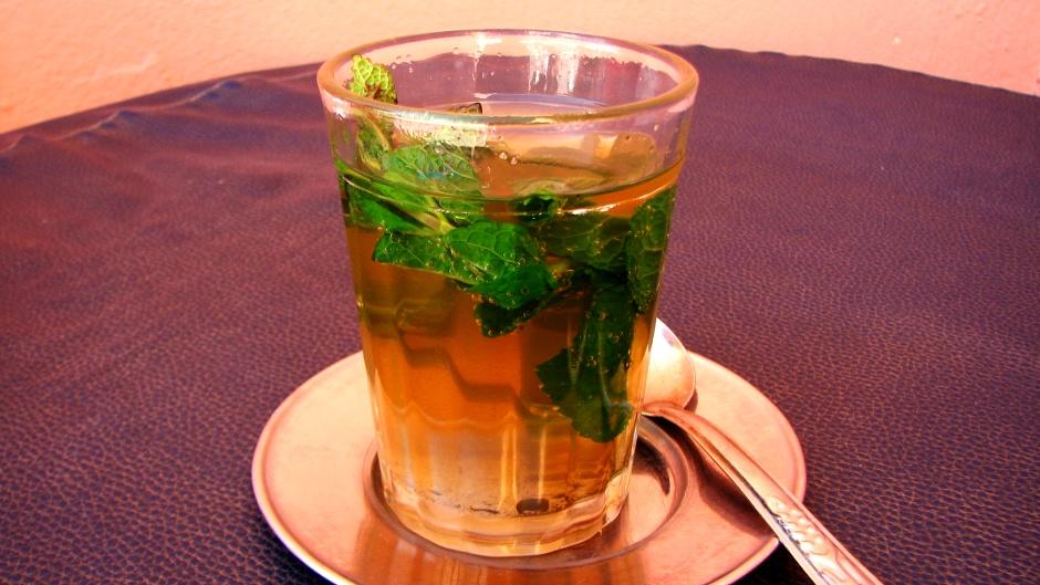 10. Maroko, As-Sawira. Popularna w Maroku thé à la menthe, czyli zielona herbata na świeżych liściach mięty z dużą ilością cukru. (Fot. Ewa Serwicka)