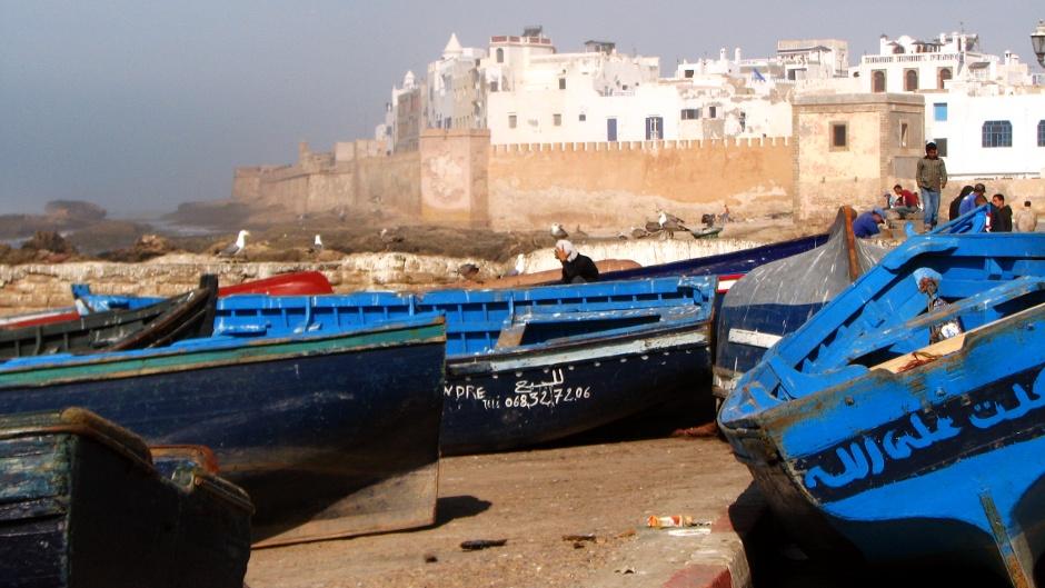 6 Maroko, As-Sawira. Charakterystyczne niebieskie łodzie, w tle twierdza. (Fot. Ewa Serwicka)