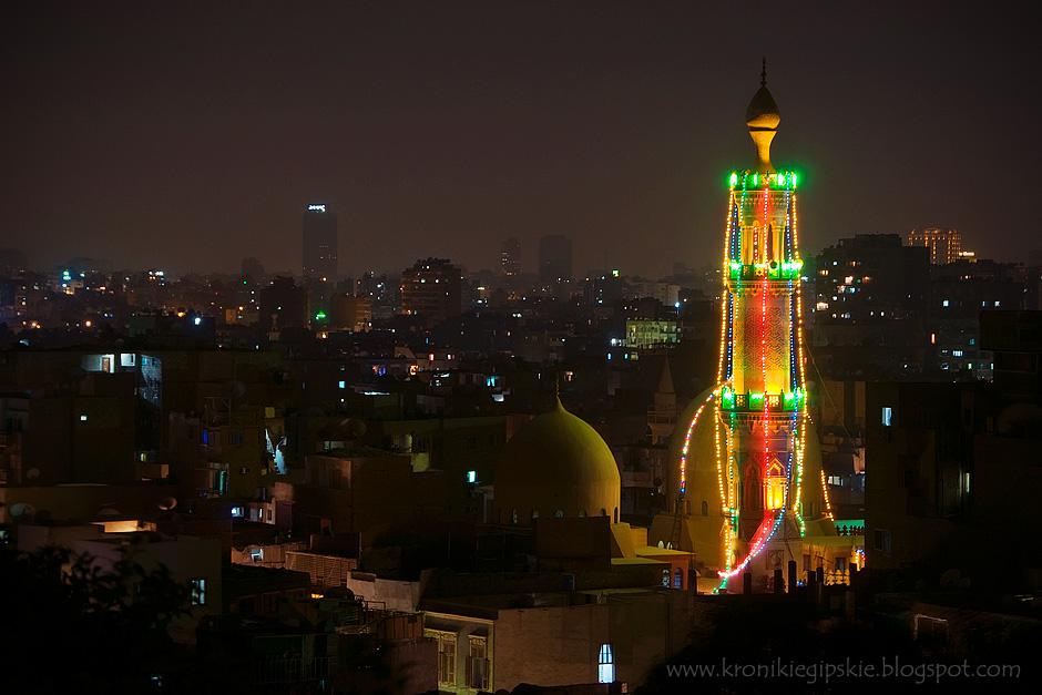 17. Kair, Egipt. W czasie Ramadanu – świętego miesiąca islamu – wybrane meczety dekorowane są migającymi sznurami świetlnymi. Tuż po zmierzchu można zasiąść do iftaru: posiłku przełamującego całodzienny post. (Fot. Anna Krukowska)