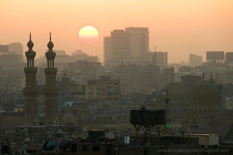 18. Kair, Egipt. Każdy dorosły muzułmanin powinien pięć razy codziennie odbyć rytualną modlitwę. Pierwszą przed wschodem słońca (fadżr), w południe (zuhr), po południu (asr), po zachodzie Słońca (maghrib) i wieczorem (isza'a). (Fot. Anna Krukowska)