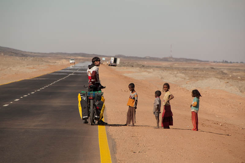 Piotr Strzeżysz na Pustyni Nubijskiej w Sudanie