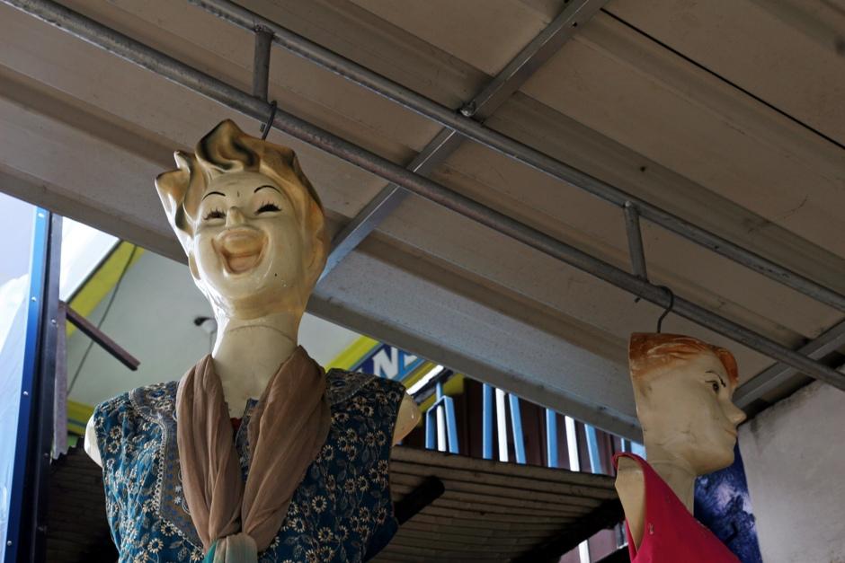 01. Sri Lanka. Lankijczycy to uśmiechnięty naród. Tutaj nawet manekiny mają radochę z tego, że wiszą. (Fot. Ewa Serwicka)
