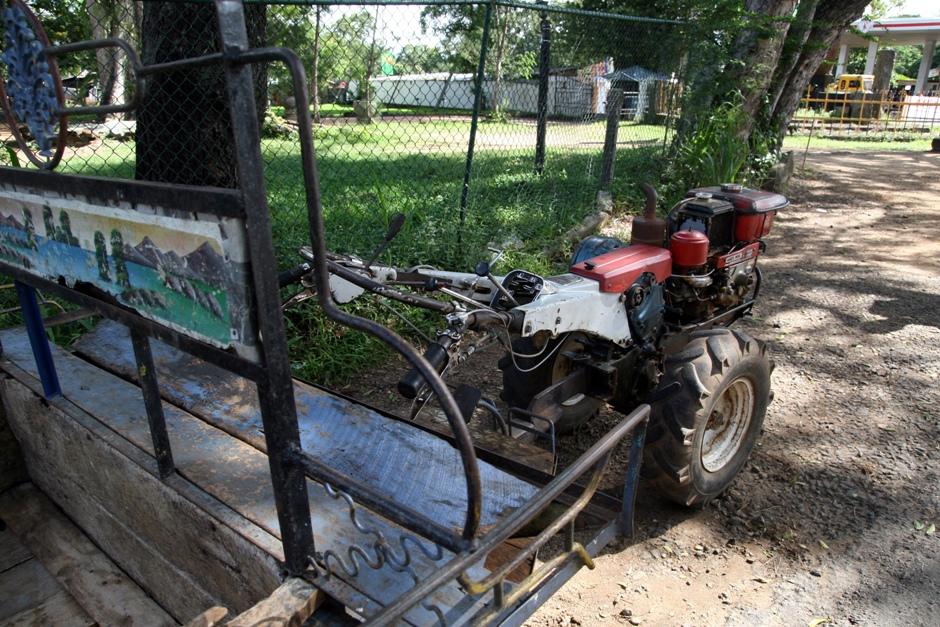 11. Sri Lanka. Po okolicy można też jeździć czymś takim. Ni to motor, ni to traktor. Ważne, że jeździ. (Fot. Ewa Serwicka)