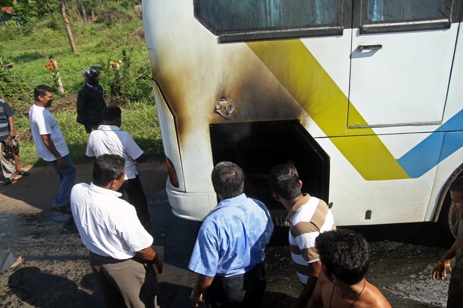 13. Sri Lanka. Publiczne autobusy czasem się zapalają. Wtedy wystarczy się zatrzymać, a gapie rzucą się do gaszenia z wiaderkami z wodą. (Fot. Ewa Serwicka)