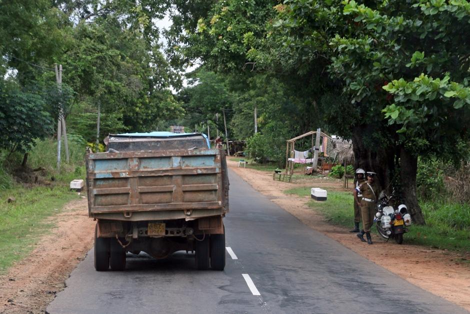 14. Sri Lanka. Drogówka od czasu do czasu zatrzymuje kierowców. Mandaty nie są wysokie, ale bardzo często zatrzymywane jest prawo jazdy kierowców. Aby tego uniknąć, często płaci się bezpośrednio policjantowi. (Fot. Ewa Serwicka)