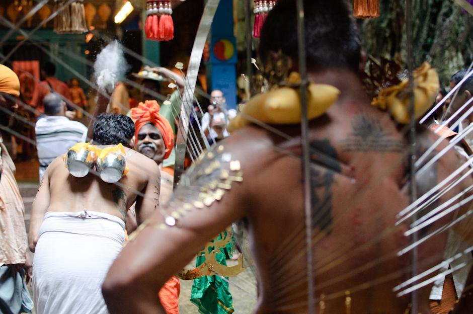 4. Jaskinie Batu, Malezja. Podczas pielgrzymki niektórzy zawieszają sobie na hakach tzw. kavadi. (Fot. Marcin Czajka)