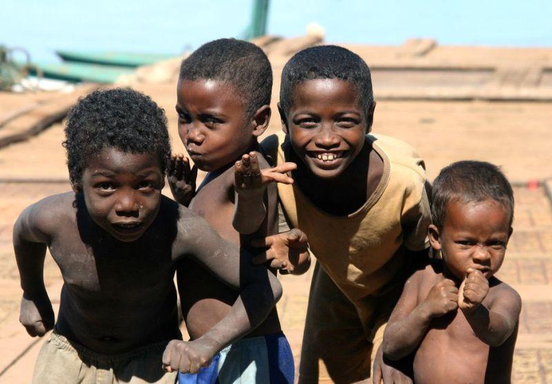 Chłopcy bawiący się na promie na rzece Tsiribinha w Belo. (Fot. Rafał Żurkowski)