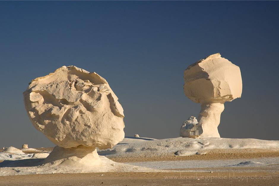 4. EGIPT, Sahara. Biała Pustynia (Sahara Beida) to najbardziej spektakularna część egipskiej Sahary, pokryta białymi i kremowymi masywnymi formacjami wapiennymi o niezwykłych formach (wieloryby, wielbłądy, grzyby, ptaki, etc.) ukształtowanymi przez wiatr i burze piaskowe. (Fot. Anna Krukowska)