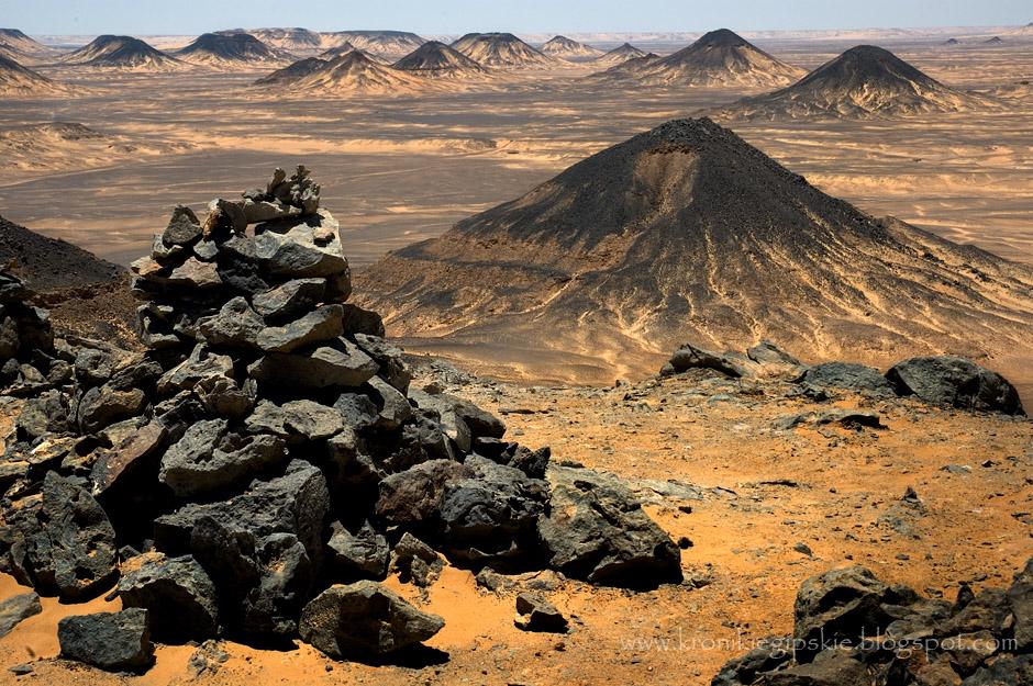 7. EGIPT, Sahara. Pokryte czarnymi skałami wzgórza o kształcie stożków wulkanów górują nad całą okolicą. (Fot. Anna Krukowska)