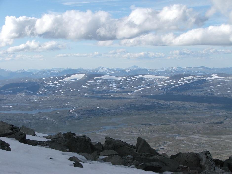 8. Szczyt Snohetty to strefa, gdzie zazwyczaj zastaniemy śnieg. Warto więc mieć to na uwadze przy pakowaniu ciepłego ekwipunku.