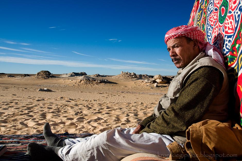 14. EGIPT, Sahara. Dzisiaj, kiedy zamieszkujący Pustynię Zachodnią Beduini przesiedli się z wielbłądów do samochodów z napędem na 4 koła, nie prowadzą oni już karawan lecz pustynne safari dla turystów. Jest to doskonały sposób, aby poznać różnorodność tej ciekawej krainy. (Fot. Anna Krukowska)