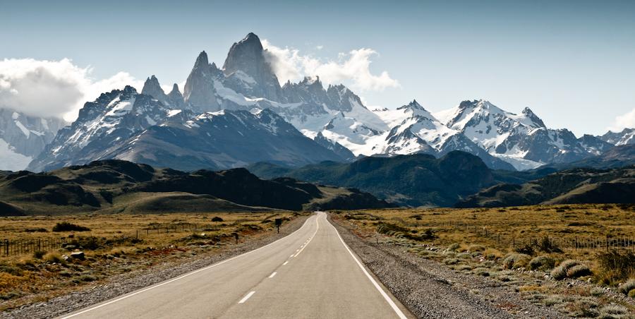 Widok znad wioski El Chalten na oddaloną grupę górską przy granicy z Chile. (Fot. Kuba Fedorowicz)