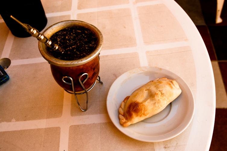 Śniadanie mistrzów, czyli empanada i yerba mate. (Fot. Kuba Fedorowicz)